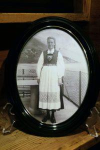 寄贈された80代女性の15歳の時の写真